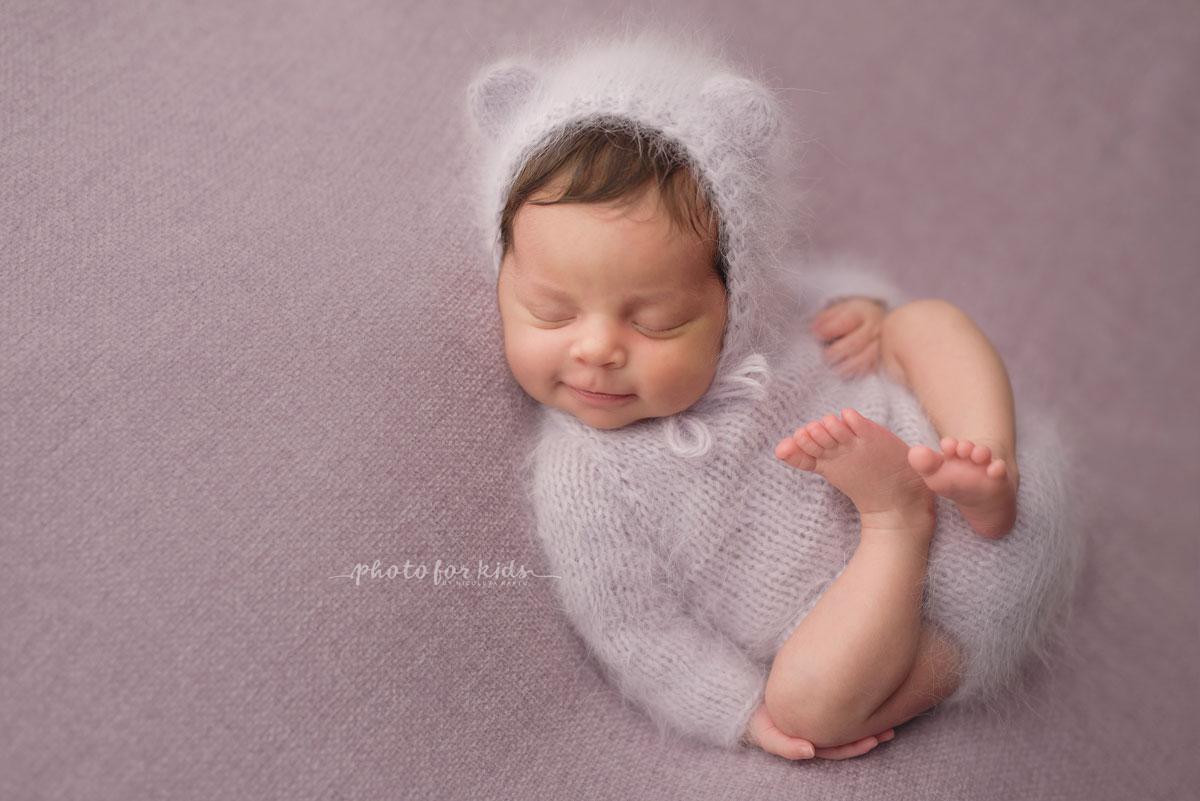 new born baby dressed in white outfits sleeps on pink blanket during workshop by Nicoleta Raftu
