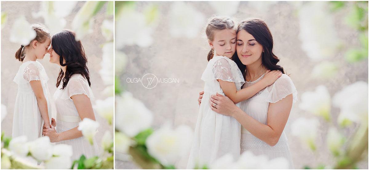 Olga Vuscan New Born Photographer for Workshops by Camen Bergmann Studio mother and daughter pose on flower background
