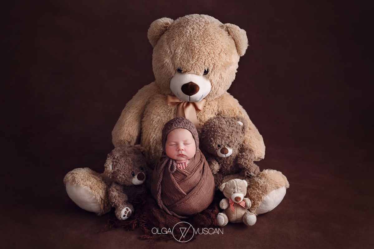 Olga Vuscan New Born Photographer for Workshops by Camen Bergmann Studio new born poses with a big and small teddy bears