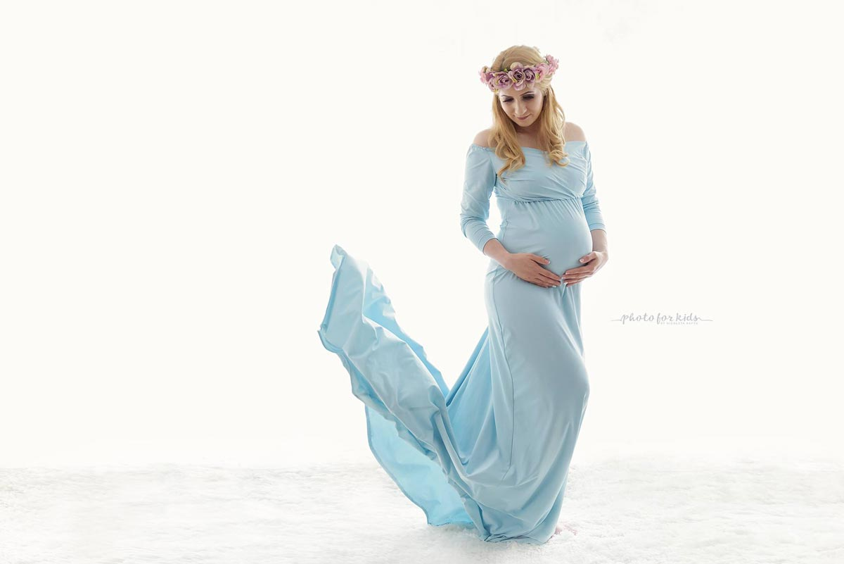 Lady-in-light-blue-dress-poses-for-Nicoleta-Raftu-in-Carmen-Bergmann-Studio-for-a-pregancy-workshops