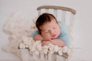 Newborn-baby-sleeps-during-a-photoshoot-by-Nicoleta-Raftu-for-a-newborn-workshop